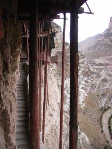 monastere-suspendu2